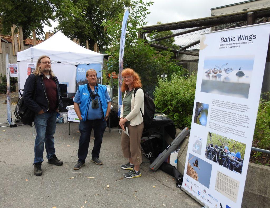 Ulrik Lötberg från BirdLife berättar för Naturskyddsföreningens regionala representanter Ronny och Beatrice om våra skärgårdsprojekt.